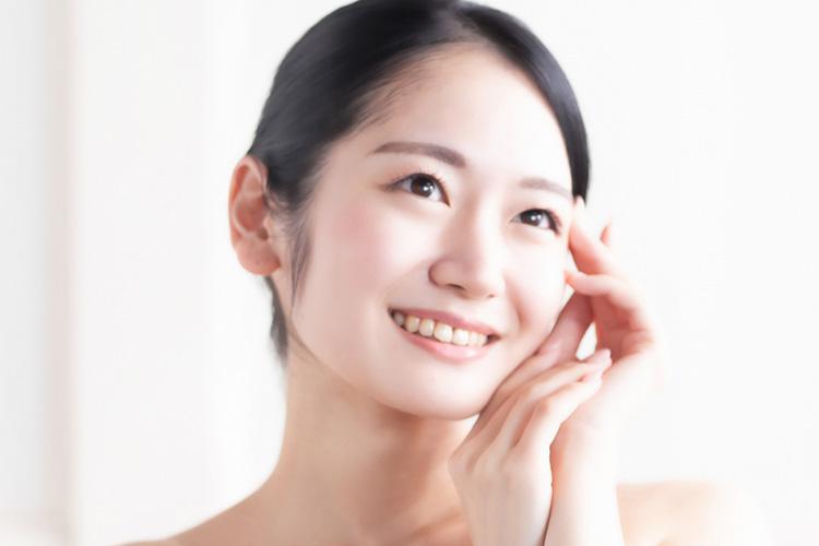 目尻切開法でパッチリ大きな切れ長の目になった笑顔の女性