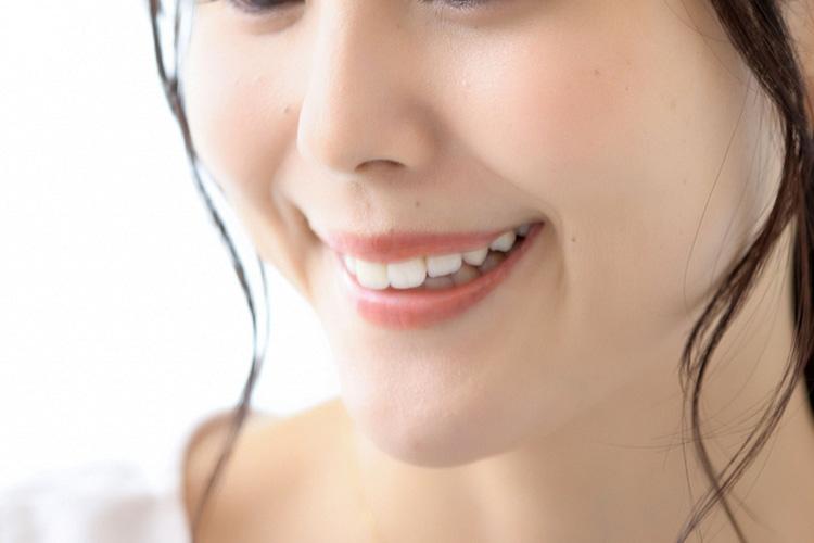 口角ボトックスで口角が上がった女性