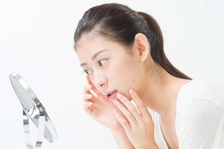 上瞼脂肪除去後、傷跡を確認する女性