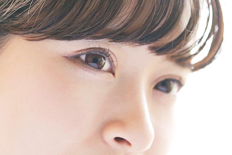 パッチリとした二重の目の女性