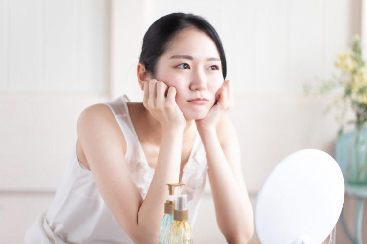 エラボトックスによる頬こけを心配する女性
