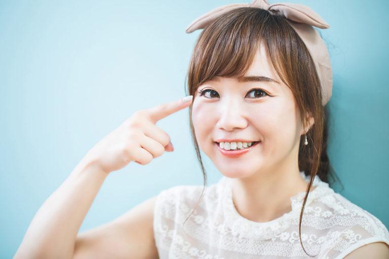 目の下の膨らみを下眼瞼脂肪取りで解消した笑顔の女性
