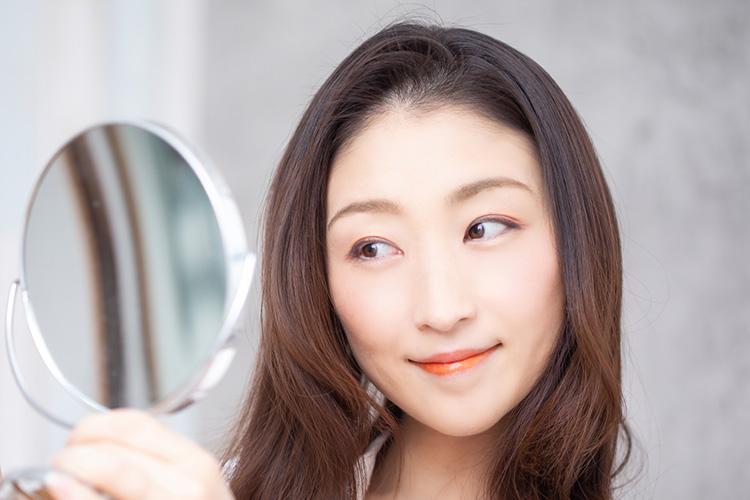 下眼瞼たるみ取り手術で目の下のたるみがスッキリ改善した笑顔の女性