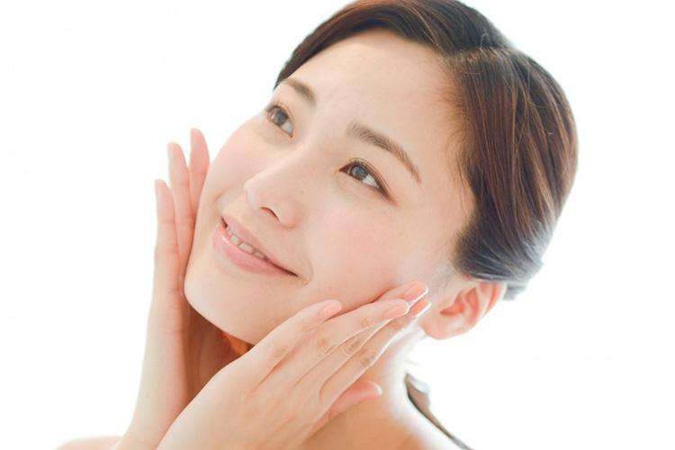 下口唇縮小術で唇のバランスが整った笑顔の女性