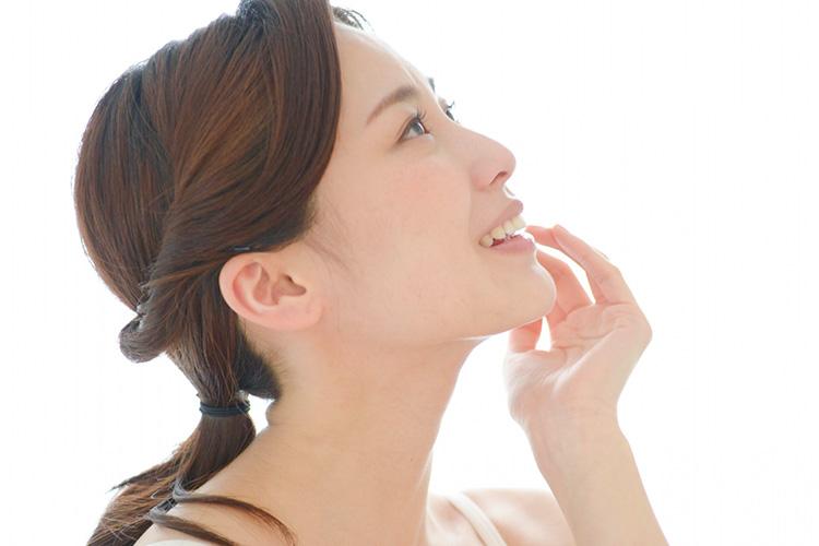 顎プロテーゼ手術で自然な顎を手に入れた女性