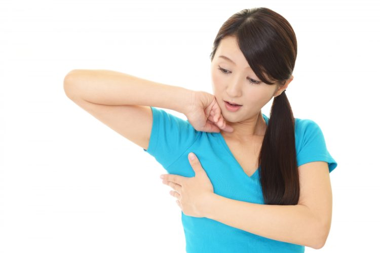 脇の汗が気になる女性