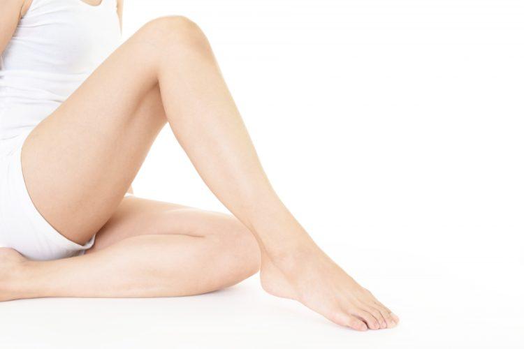 医療脱毛をした女性の足