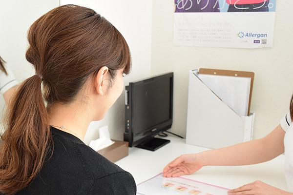医療ハイフカウンセリングを受ける女性