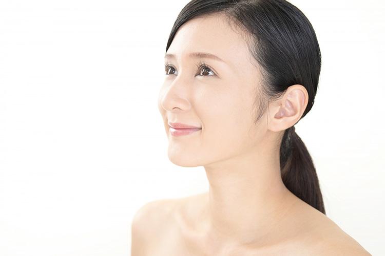 肩ボトックス注射でスッキリとした肩のラインになった笑顔の女性