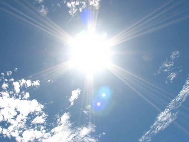 空に太陽がある写真