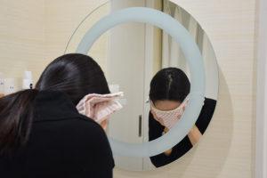 ヴェルベットスキン施術後、洗顔する女性