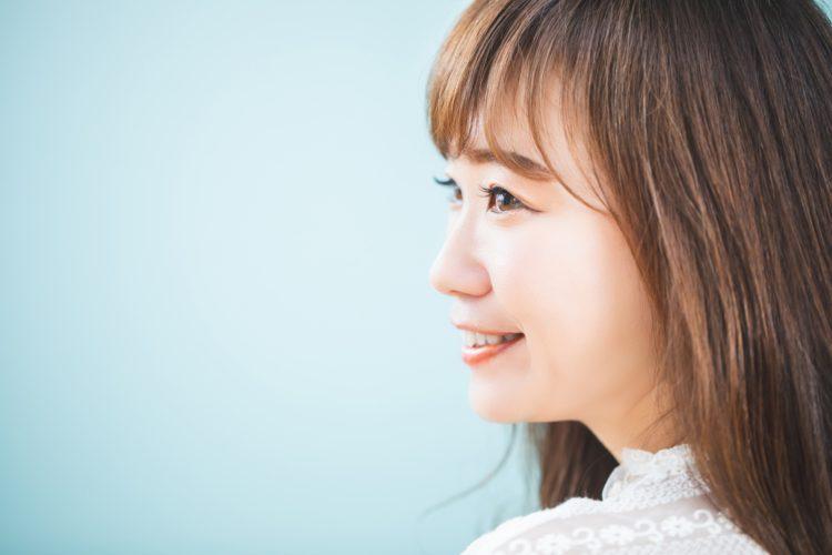 平たい顔は鼻を高くすることで改善できる
