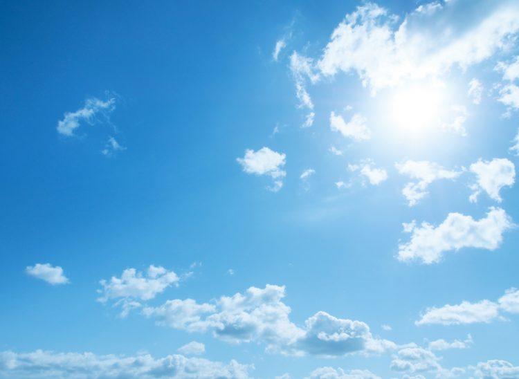 紫外線が強く乾燥した青空