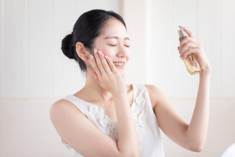 ざらざら肌に対処するためにスキンケアをする女性