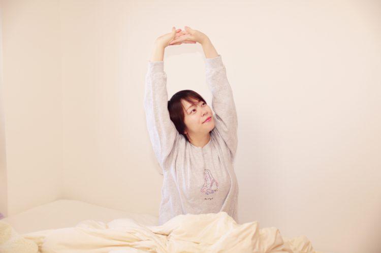 ざらざら肌対策のためしっかり睡眠をとり、すっきり目覚める女性
