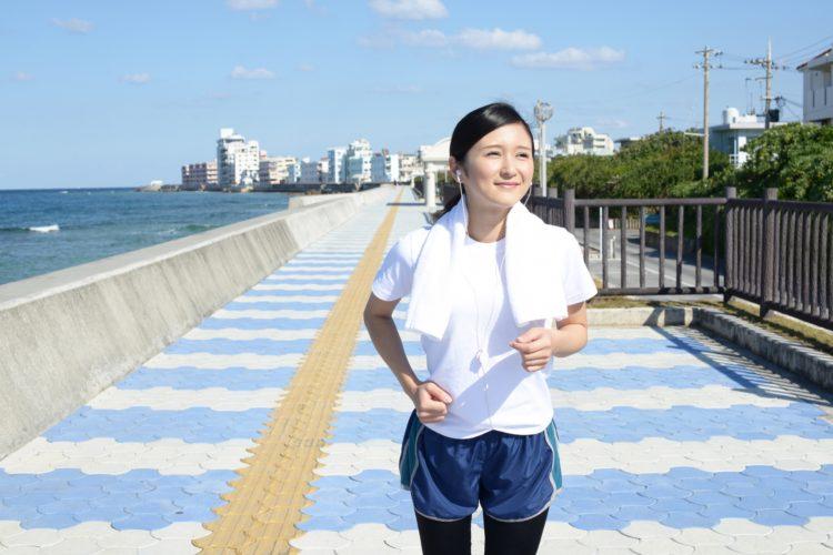 海辺で運動をする女性