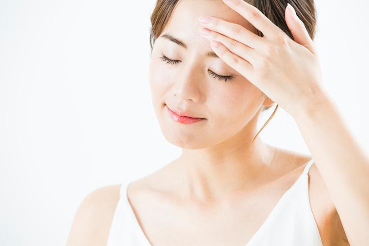 マイクロボトックスで顔の悩みを改善する女性