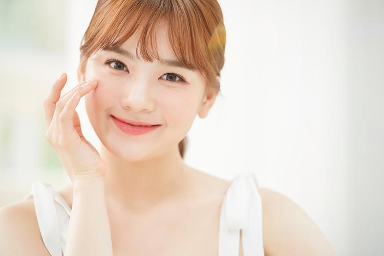 スネコス注射でお肌のハリ・弾力改善を実感して微笑む女性